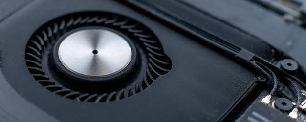 Черный электронный вентилятор, макросъемка оборудования компьютерной техники, система вентиляции воздуха