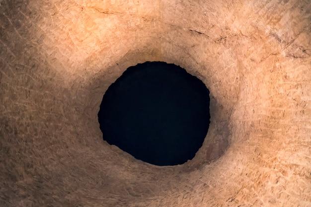 岩の隙間のブラックホール。抽象化。