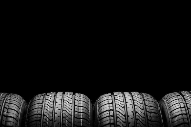 黒の背景に黒の分離ゴム製タイヤ