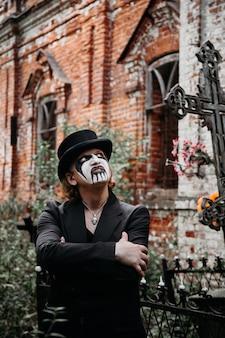 Черный маг в шляпе приглашает на кладбище