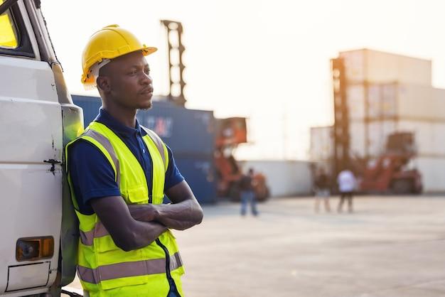자동차 트렁크에 서있는 흑인 남성 노동자
