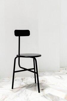 흰색 대리석 바닥에 검은색 현대적인 의자