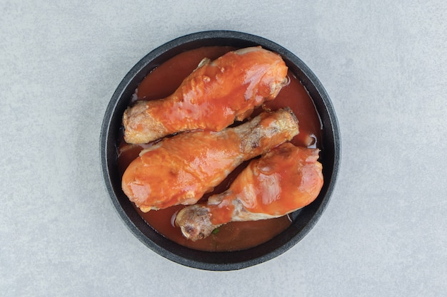 トマトソースで揚げた肉の黒いプレート。
