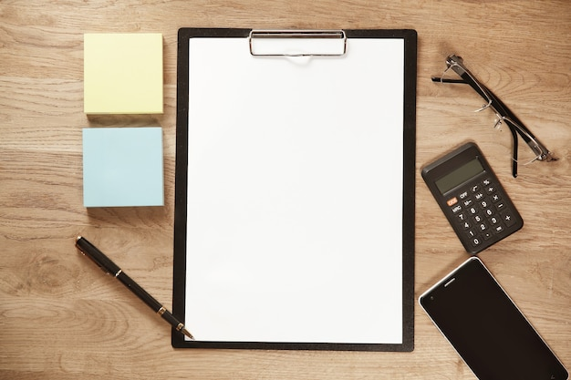 白紙の紙、ペン、オフィスの職場の携帯電話
