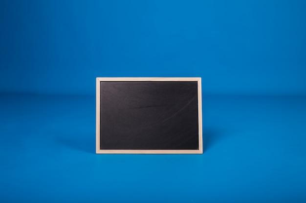 Чистый лист синей пластины на изолированном фоне