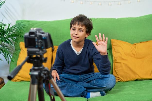 집에서 비디오를 촬영하고 카메라를 흔드는 blogger 소년