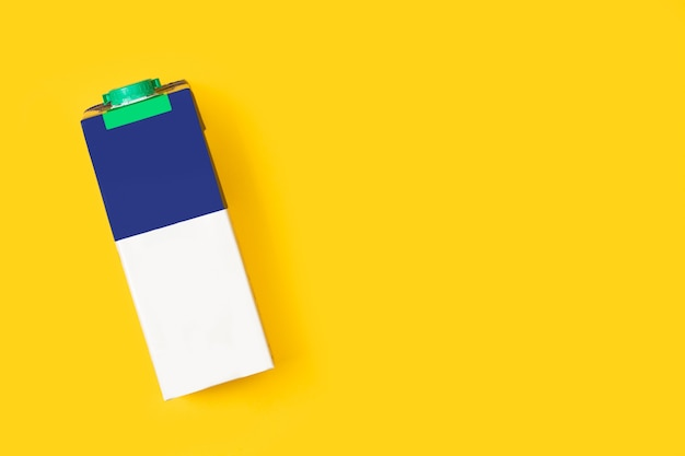 Сине-белый молочный кирпич на желтом фоне с копией пространства