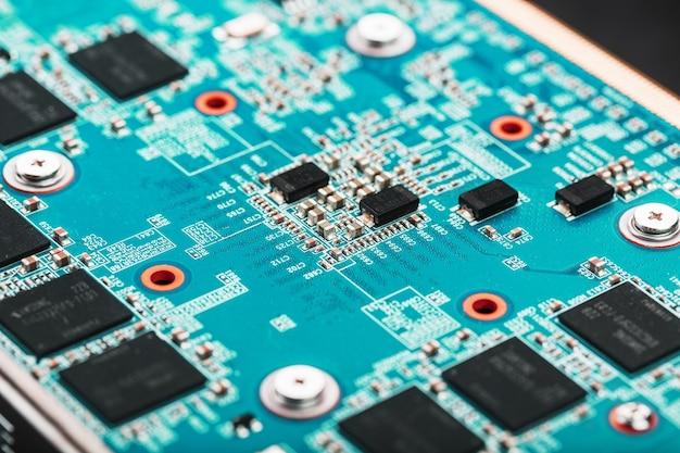 チップとゲーム用グラフィックカードプロセッサを搭載した青いボード