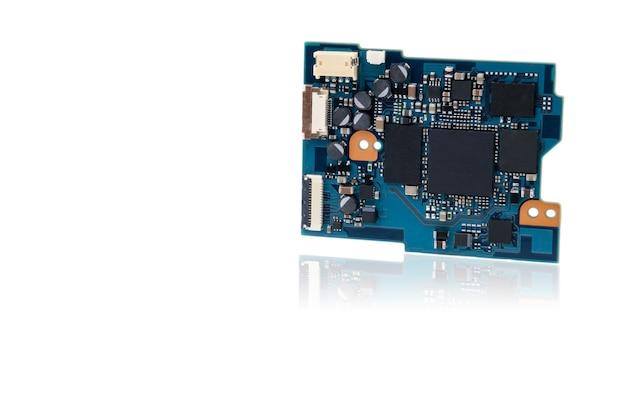 많은 칩, 저항 및 커넥터가 있는 파란색 미세 회로가 평면에 수직으로 배치됩니다.
