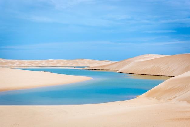 Голубой природный бассейн в уникальном национальном парке ленуис маранхенес, бразилиа