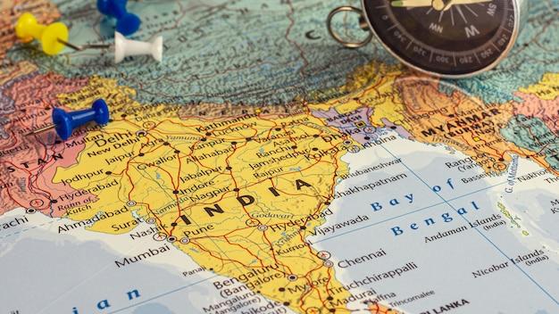 青いピンとインドの地図。 -経済およびビジネスコンセプト。