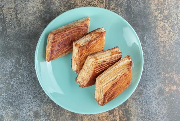 수제 달콤한 삼각형 파이의 파란색 접시