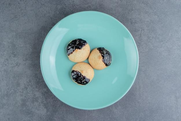 チョコレートと丸いクッキーの青いプレート