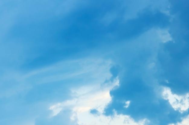 自然の夏の天気の背景に青い空白い雲