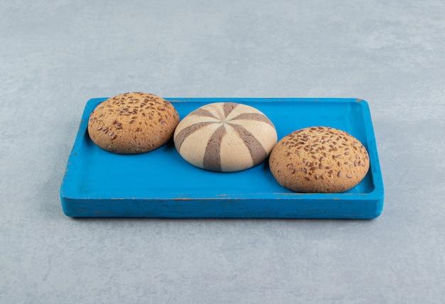 달콤한 쿠키가 가득한 푸른 나무 판자. 무료 사진