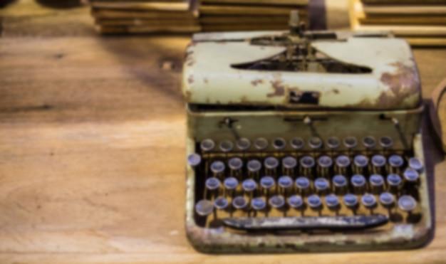 Размытость фон винтаж пишущая машинка на деревянный стол.