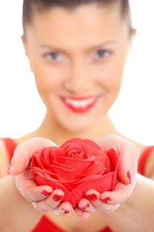 빨간 장미를주고 웃고있는 젊은 아름다운 여인의 흐릿한 초상화