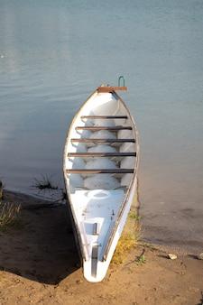 夏の日に岸に漕ぐためのボート