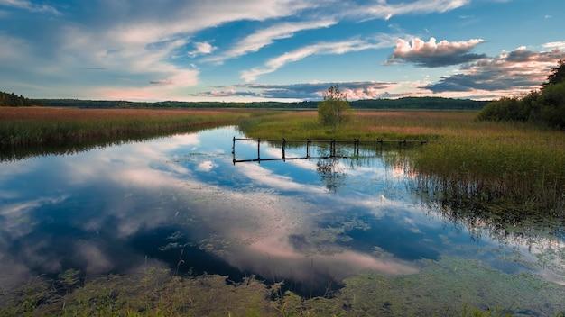 Лодочная пристань над озером в деревне на рассвете весной на севере. ладога, карелия, россия