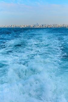 Морская прогулка по босфору, вид на волны с лодки.
