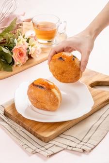 봄볼로네 또는 봄볼로니는 이탈리아식 도넛으로 스낵과 디저트로 먹습니다.