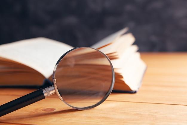 책과 탁자 위의 돋보기