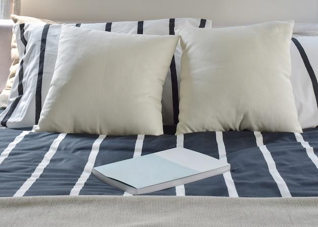 Книга на полосатых постельных принадлежностях в современном стиле