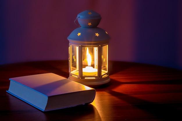 夕方にはキャンドルと灯籠の明かりでテーブルの上の本