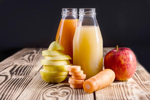 リンゴと洋ナシのジュースのボトルとにんじんジュースのボトル