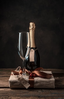 シャンパンのボトル、グラス、そしてギフト