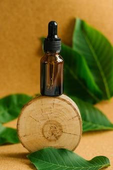 木片にクルミ油を塗ったダークグラスのボトル。化粧品および医療製品。