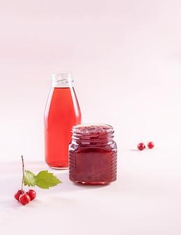 サンザシの果実からのジュースのボトルとジャムの瓶