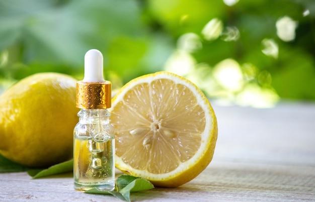 Бутылка эфирного масла лимона - это альтернативная медицина.
