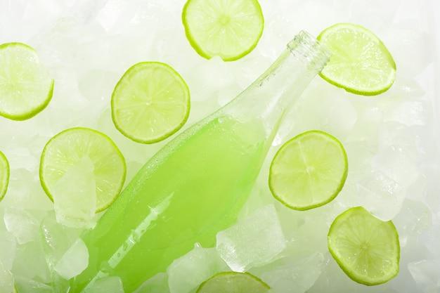 氷の上にライムとレモネードのボトル