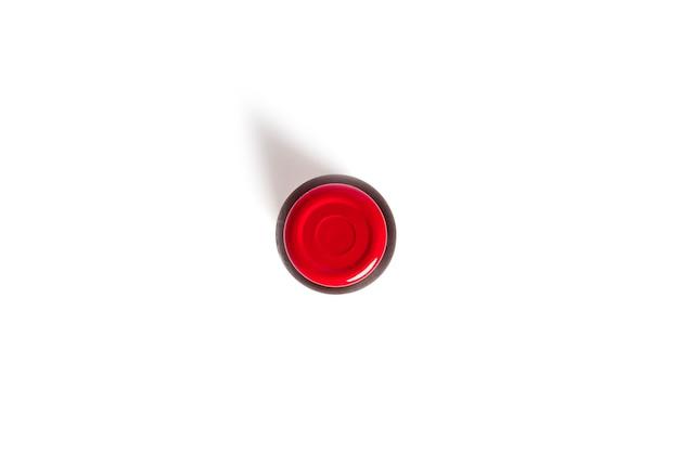 흰 배경에 분리된 석류 주스 한 병. 고품질 사진