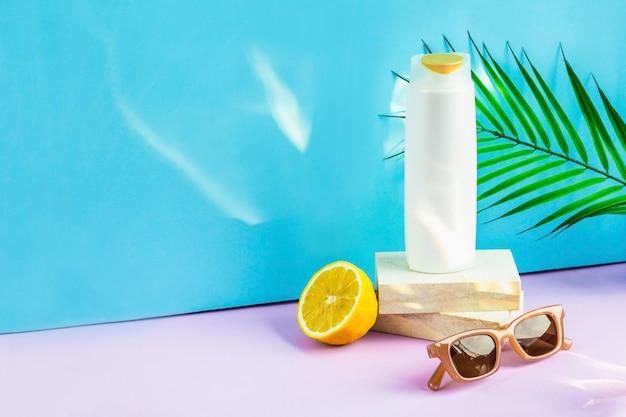 シャンプー、サングラス、レモンのボトル