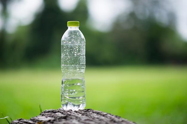 На тарелке остается бутылка воды, а не половина бутылки