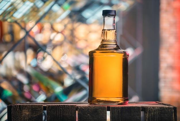 Бутылка виски на деревянной коробке