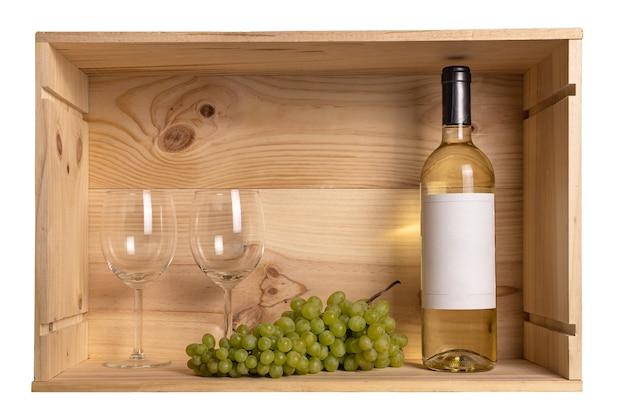 白ワインのボトル、2つのワイングラス、ワインボトルからの木製の箱に入った白ブドウ