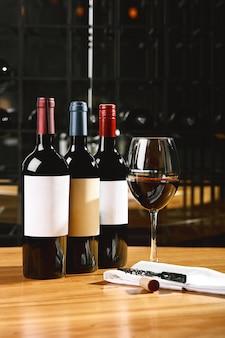 Бутылка вина и бокалы на столе