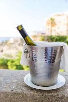 レストランのオープンエリアにある氷のバケツにワインのボトル