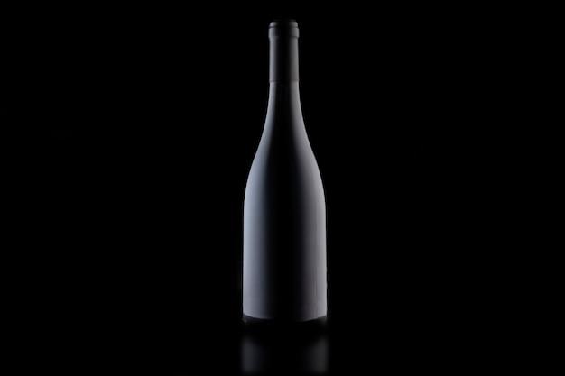 검정색 배경에 와인 한 병을 확대합니다. 세련된 모형.