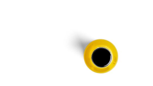 흰색 배경에 노란색 음료 한 병. 고품질 사진