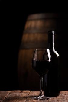 병 opf 레드 와인 및 배경에 배럴과 유리