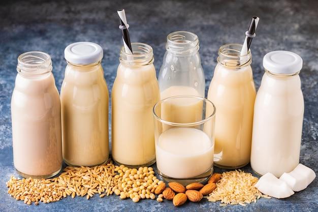 Бутылки с альтернативным молоком и ингредиентами для приготовления пищи.