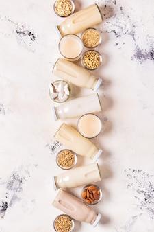 Бутылки альтернативного молока и ингредиентов, вид сверху.