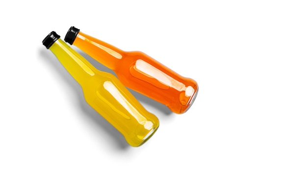 白い背景の上のオレンジ色の飲み物のボトル。高品質の写真