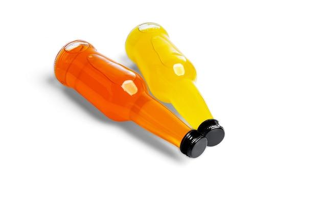 흰색 배경에 오렌지 음료의 병. 고품질 사진