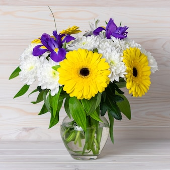가벼운 나무 테이블에 유리 꽃병에가 꽃의 꽃다발.
