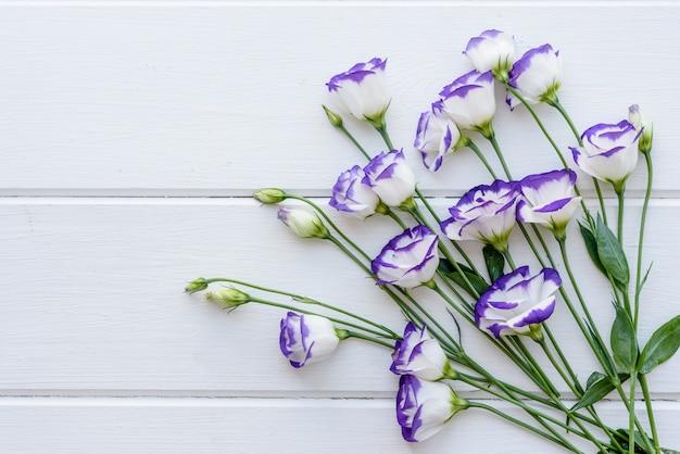 1トンの背景に美しい切りたての紫色のトルコギキョウの花束。美しい色の背景